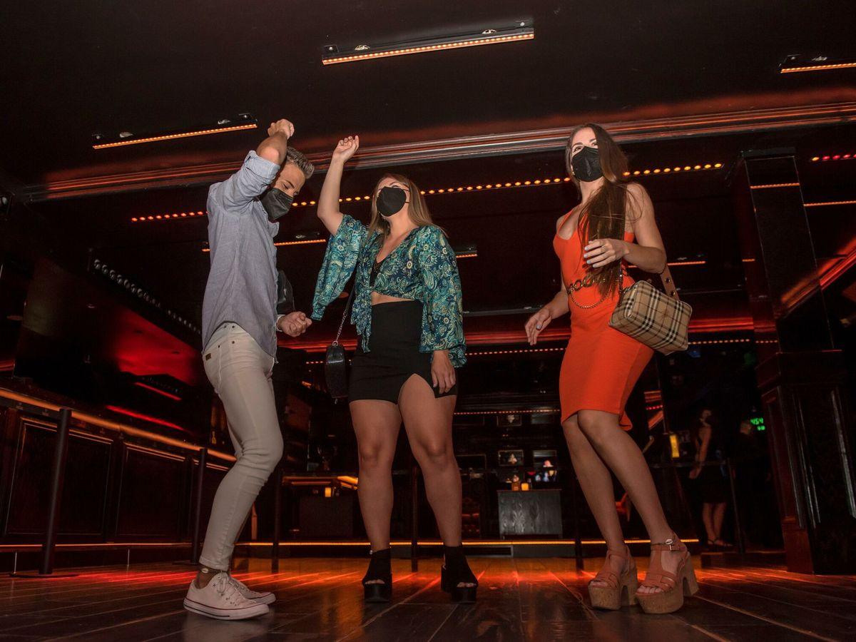 Foto: Un grupo de jóvenes baila en el local Social Club de Palma de Mallorca. (EFE)