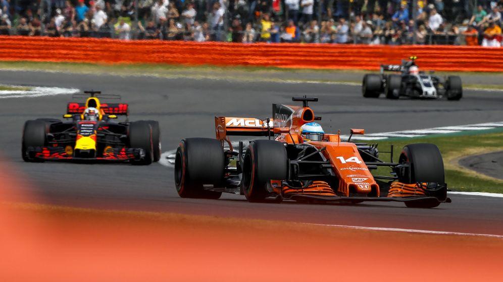 Foto: Alonso, perseguido por Ricciardo en Silverstone. (EFE)