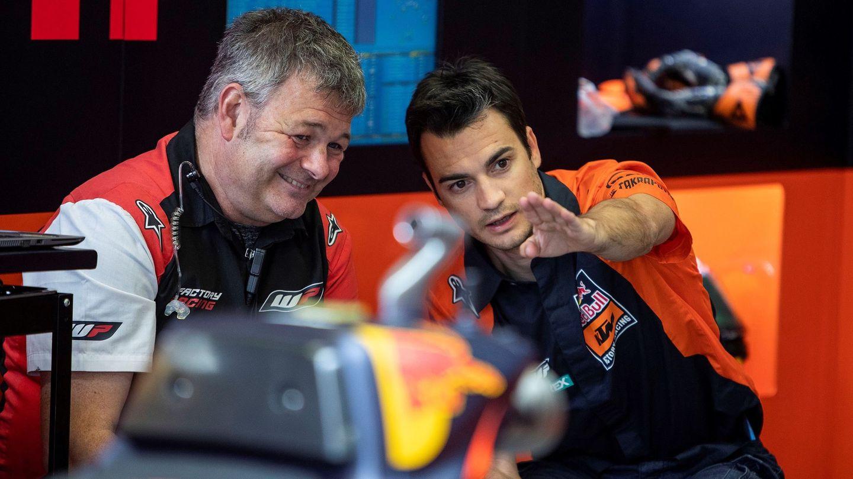 Dani Pedrosa, dando instrucciones en el box de KTM durante el pasado GP de Jerez. (EFE)