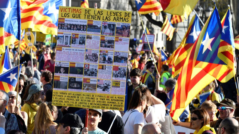 Manifestantes posan con sus pancartas ante los fotógrafos. (EFE)
