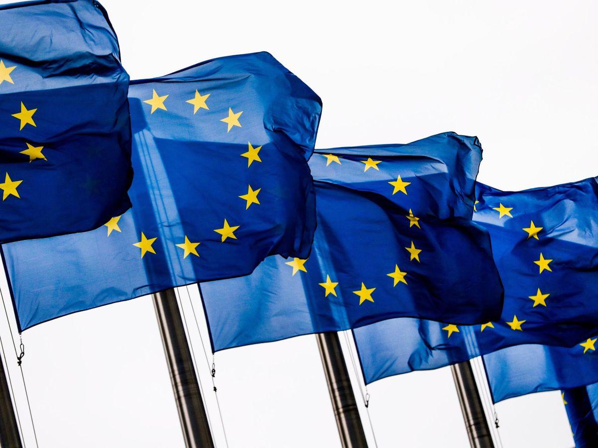 Foto: Banderas de la Unión Europea, a la puerta de la Comisión, en Bruselas. (EFE)