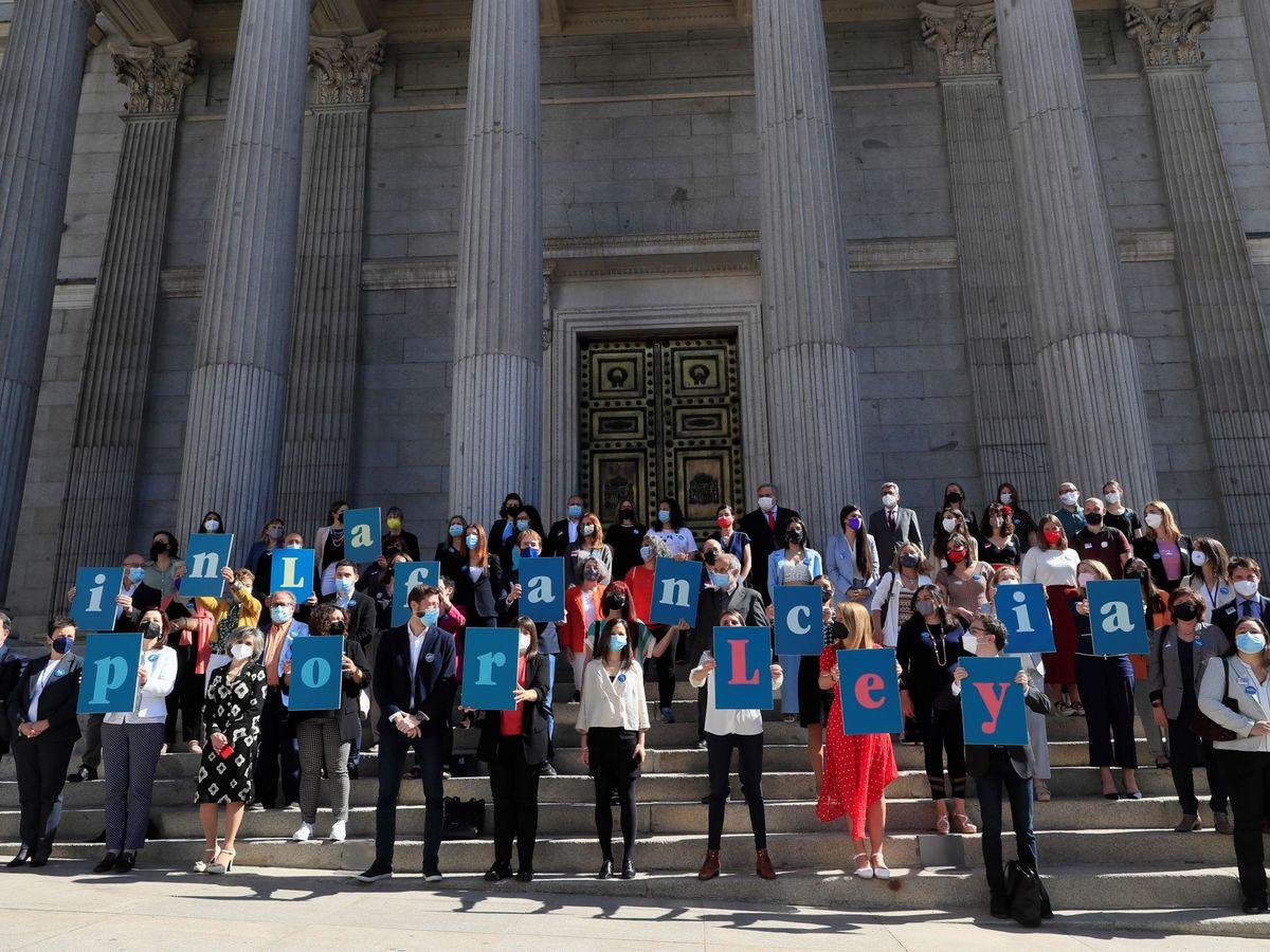 Foto: Varios diputados acompañan a la ministra Ione Belarra para celebrar la aprobación de la ley. (EFE)