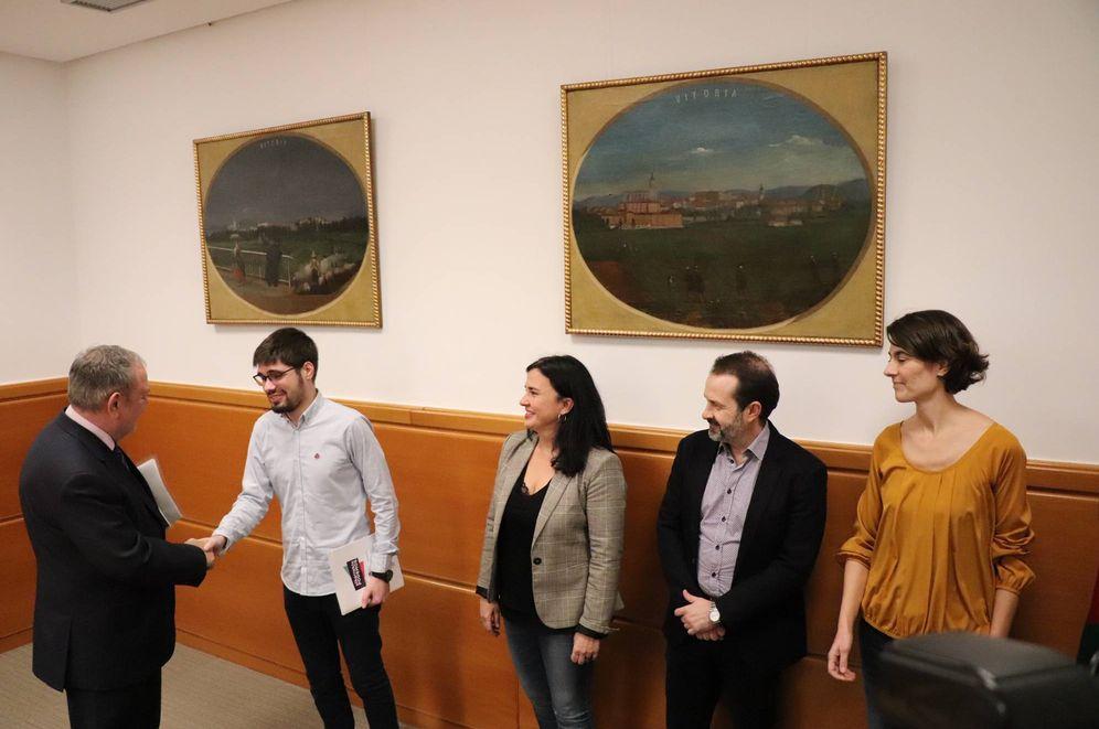 Foto: El consejero de Economía, Pedro Azpiazu, saluda al líder de Podemos, Lander Martínez, a la espera de llegar a un acuerdo presupuestario. (EC)