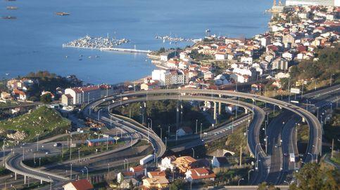 Varios vehículos atropellan un somier al circular por una autopista en Vigo