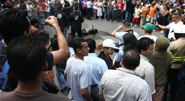 Foto: Un presunto violador linchado y quemado por habitantes de una barriada del Caracas, en medio de denuncias sobre la presunta inacción de la policía en el sector (Efe).