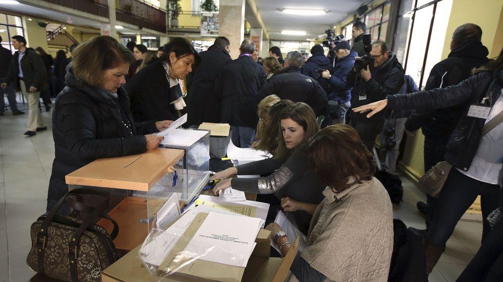 Foto: Ciudadanos votando en un colegio electoral en los comicios generales del 20-D. (EFE)