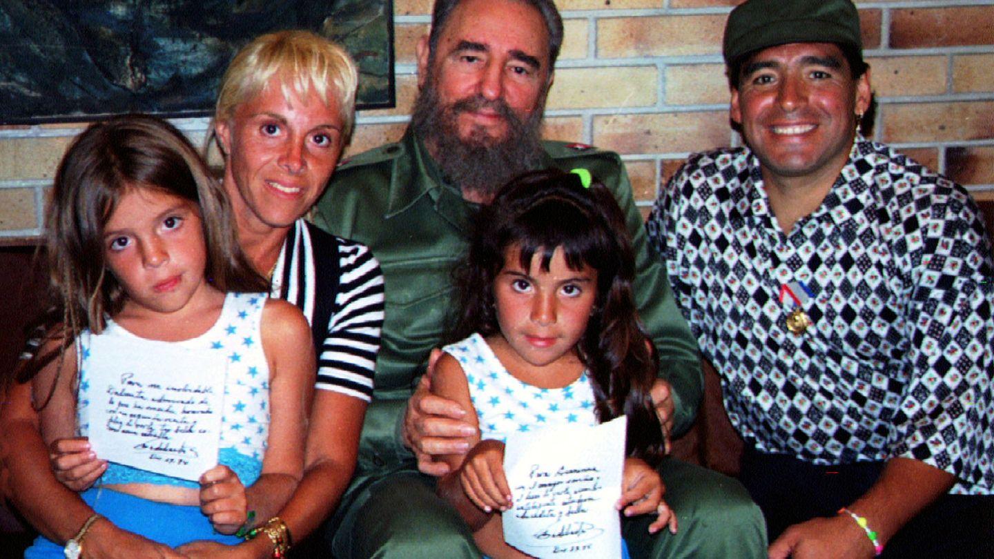 Maradona, Claudia Villafañe y sus dos hijas, junto a Fidel Castro en 1994. (EFE)