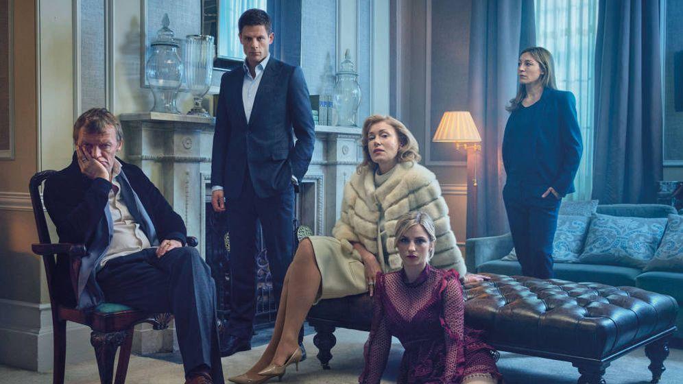Foto: Álex Godman junto a su familia y su novia (derecha). (Amazon)