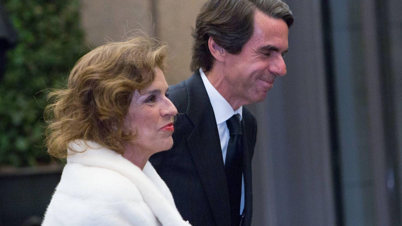 Botella y Aznar, en el 80 cumpleaños de Vargas Llosa. (Getty)