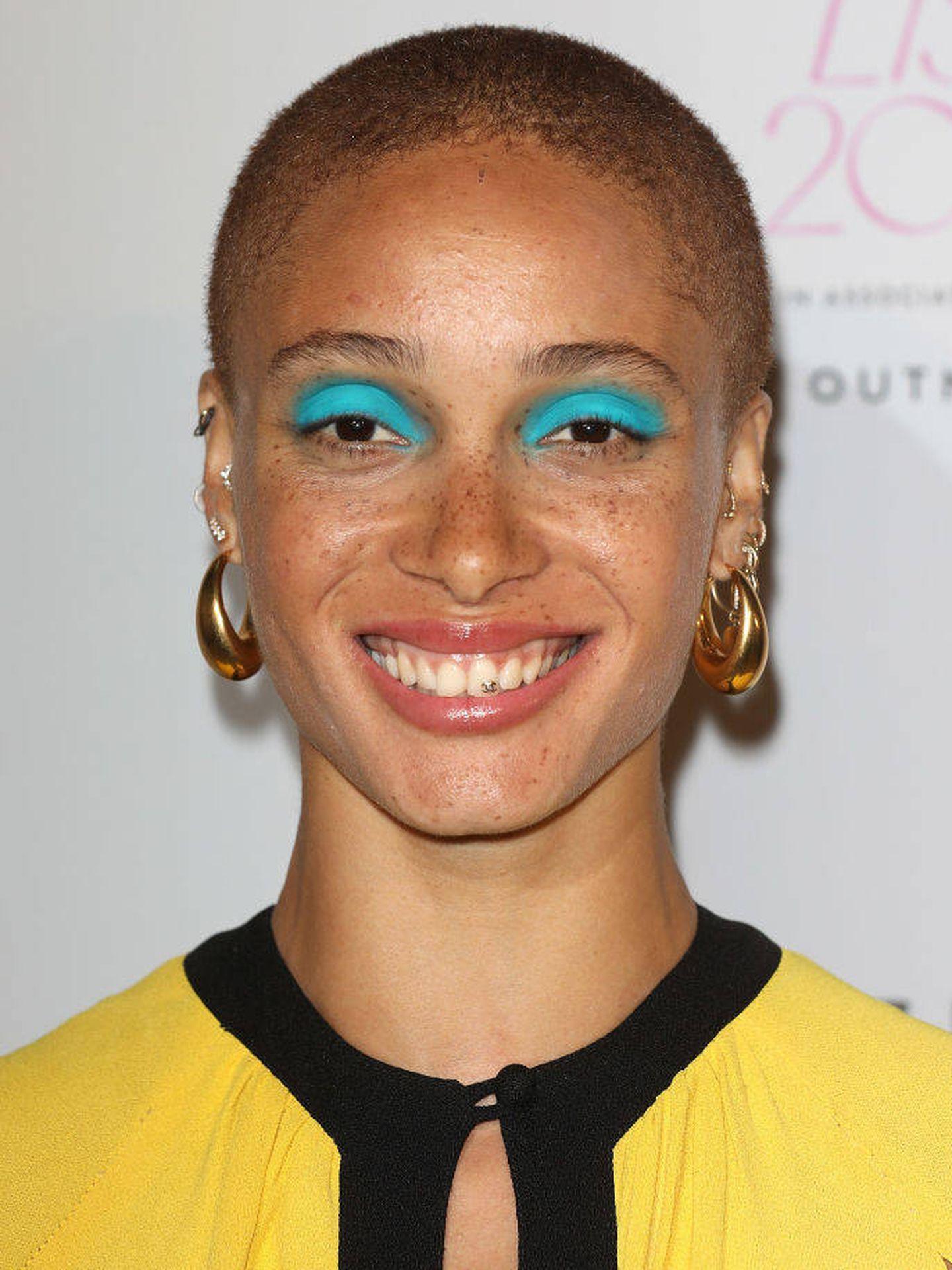 Adwoa Aboah, con sombras de ojos azul Capri. (Getty)