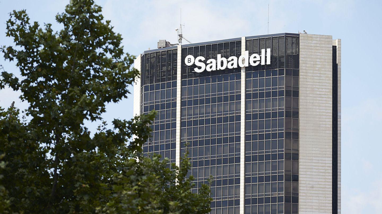 Vista del edificio central del Banco Sabadell. (EFE)
