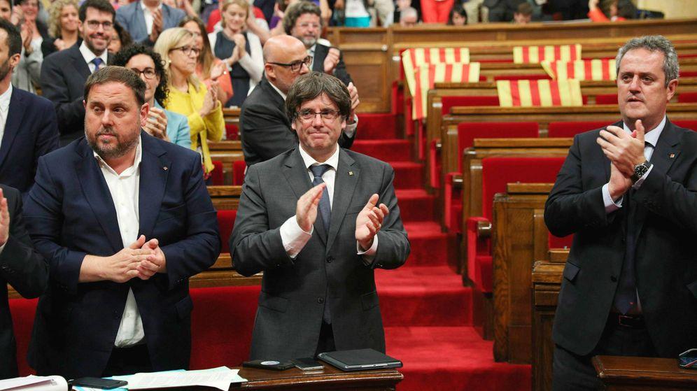 Foto: Junqueras, Puigdemont y Forn en el Parlament tras aprobar la independencia. (EFE)