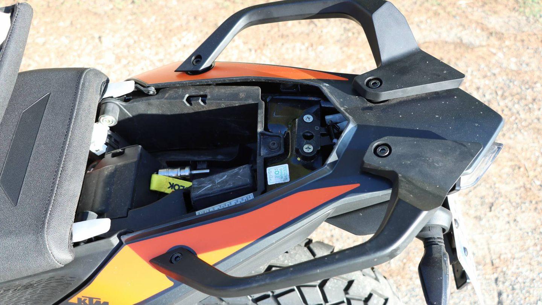 Bajo el asiento. Dispone de un pequeño espacio bajo el asiento del pasajero, accesible con la propia llave, en el que se puede guardar un antirrobo.