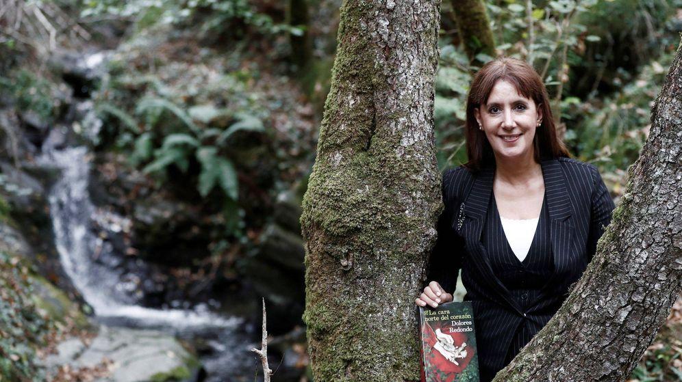 Foto: Dolores Redondo, en el Valle del Baztán, con su nueva novela, 'La cara norte del corazón'. (Jesús Diges / EFE)