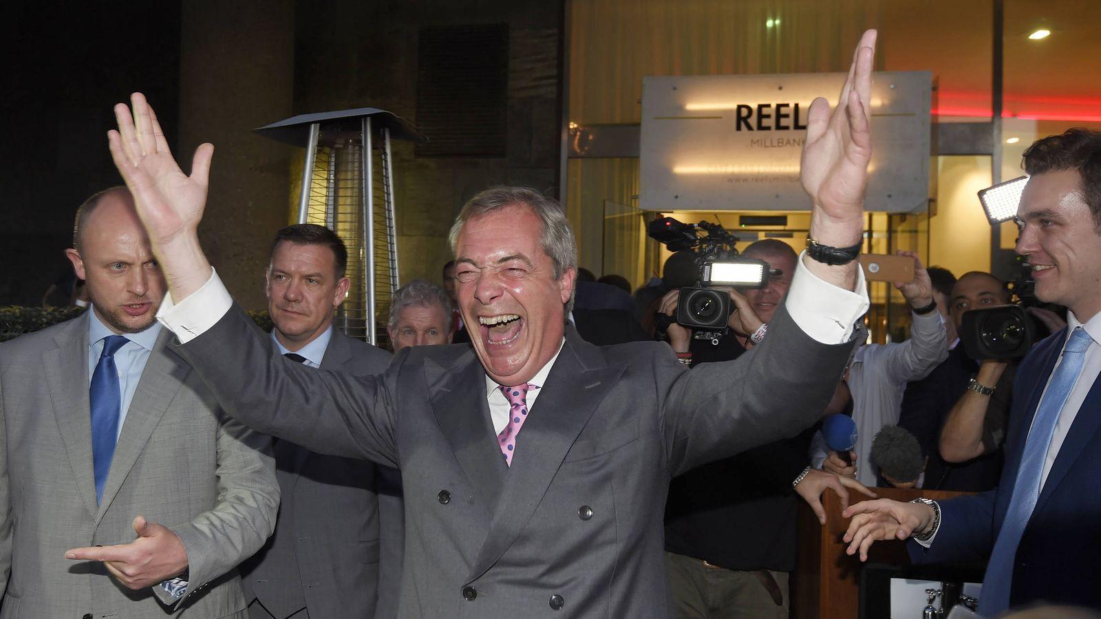Foto: Nigel Farage, líder del UKIP, celebra el resultado del referéndum en Londres (Reuters).