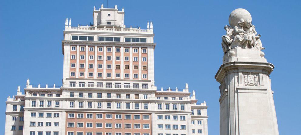 Foto: Vista del edificio españa desde la plaza de españa. (luis garcía (zaqarbal), wikimedia))