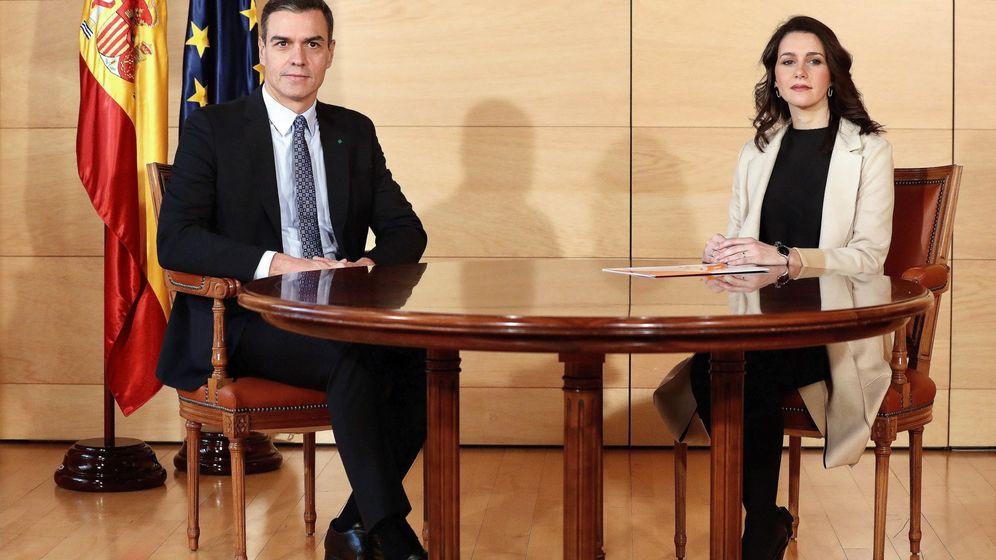 Foto: Inés Arrimadas y Pedro Sánchez, en la reunión en el Congreso de los Diputados. (EFE)