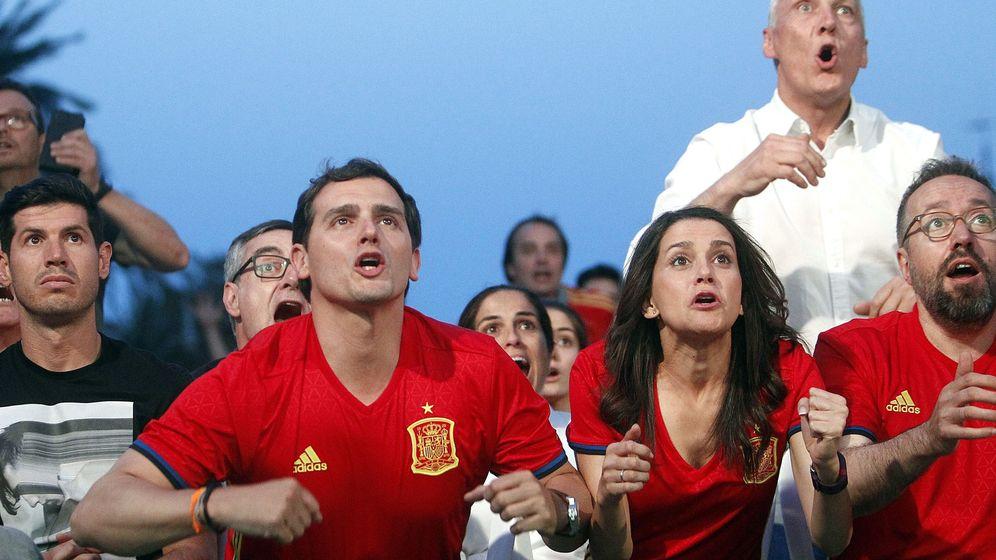 Foto: Rivera sigue el partido de la Eurocopa (Marta Pérez/EFE)