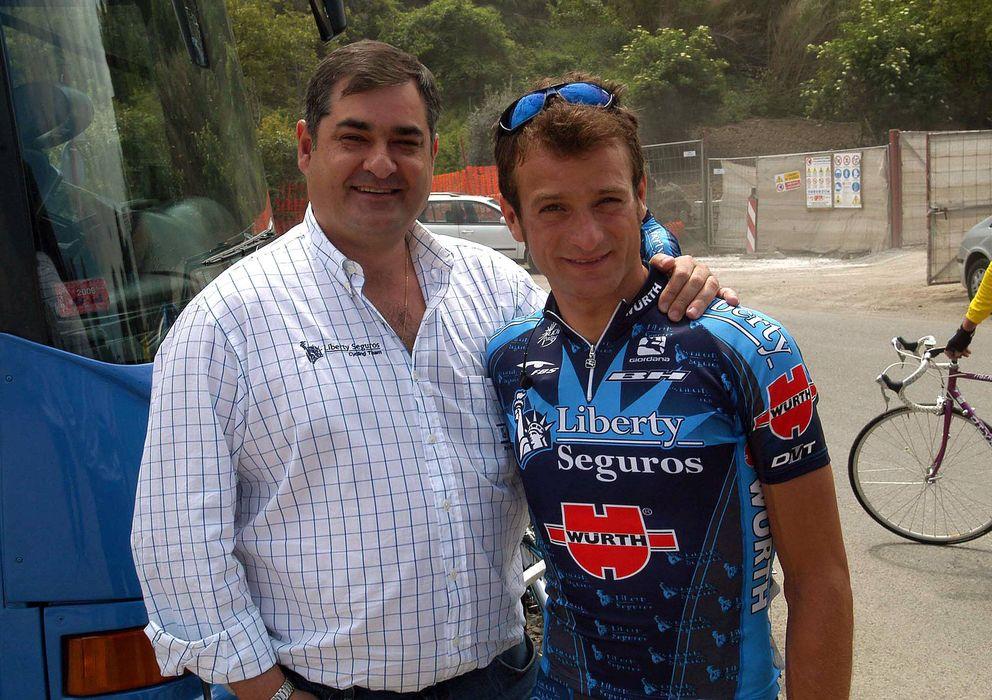 Foto: Saiz (izq.) junto al ciclista italiano Michele Scarponi en el año 2005 (Imago)
