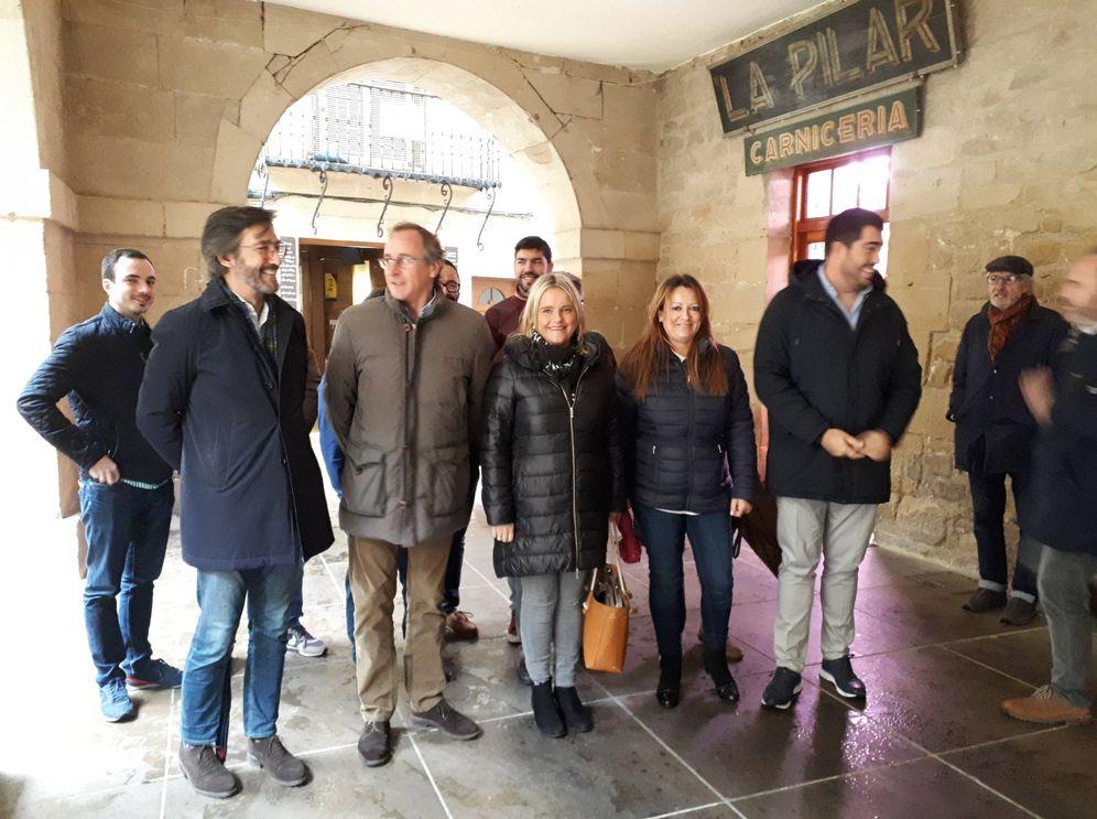 Foto: Alfonso Alonso, Mari Mar Blanco, Iñaki Oyarzábal y cargos del PP de Álava, este martes en el acto de campaña de Laguardia. (J. M. A.)