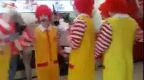 Fanáticos de McDonald's protestan contra KFC vestidos de Ronald McDOnald