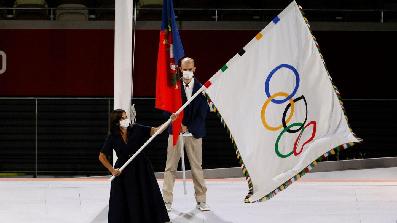 La alcaldesa de París, Anne Hidalgo, ondea la bandera olímpica durante la ceremonia de clausura de los Juegos Olímpicos 2020. (EFE)