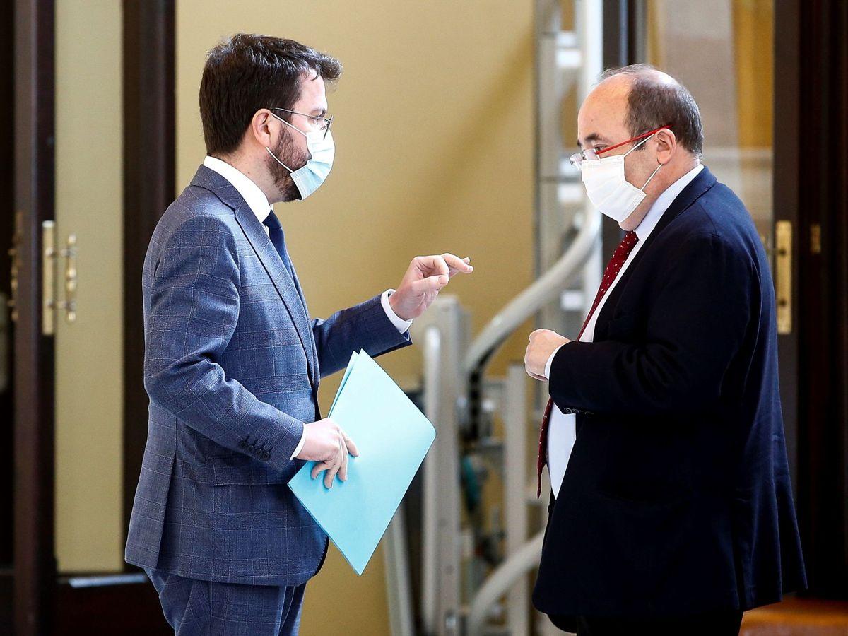 Foto: El vicepresidente del Govern con funciones de presidente, Pere Aragonès (i), y el presidente del grupo parlamentario Socialistes Units per Avançar, Miquel Iceta. (EFE)