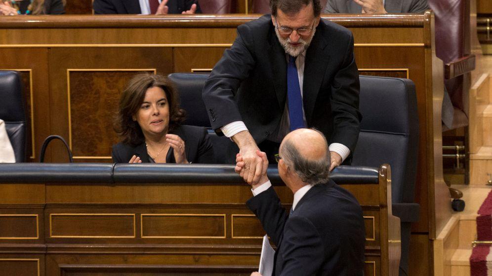 Foto: El presidente del Gobierno, Mariano Rajoy, le da la mano al ministro de Hacienda, Cristóbal Montoro. (Reuters)