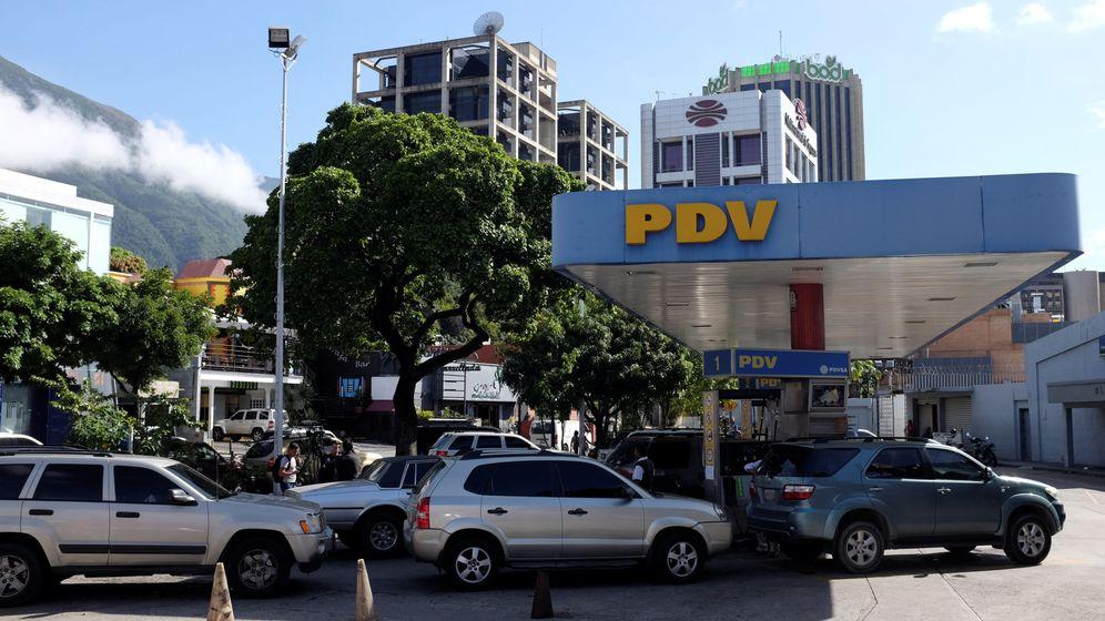 Foto: Conductores en una estación de la compañía PDVSA en Caracas. (Reuters)