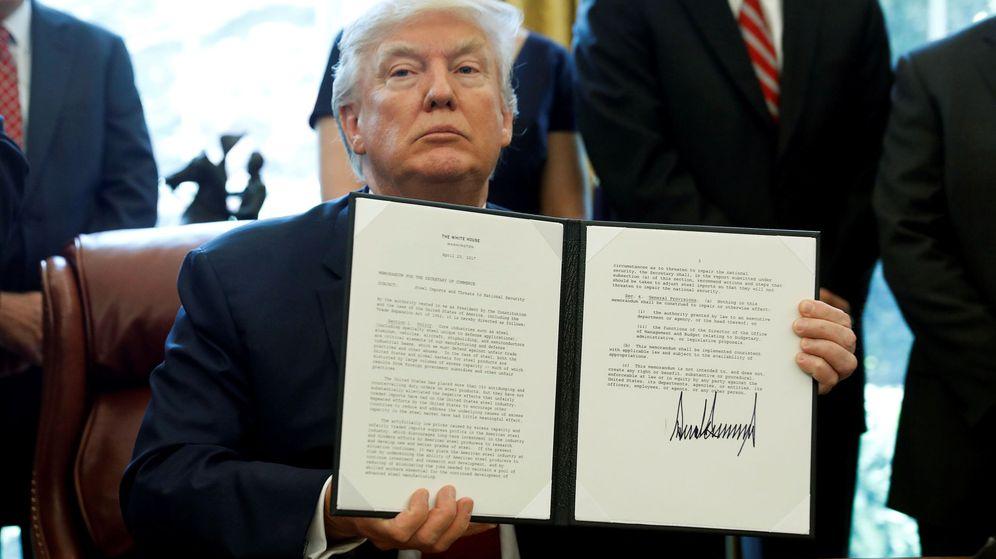 Foto: El presidente de Estados Unidos, Donald Trump, firmando una de sus controvertidas órdenes ejecutivas. (Reuters)