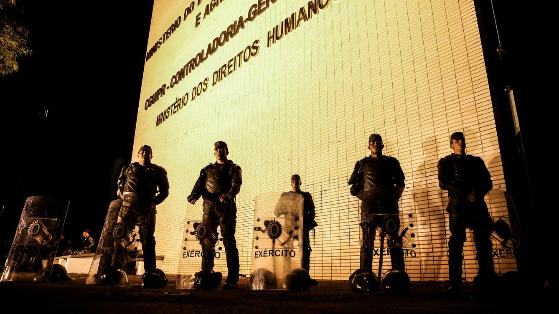 Foto: Soldados del ejército brasileño custodian el Ministerio de Desarrollo Agrario, en la madrugada del 24 al 25 de mayo. (EFE)