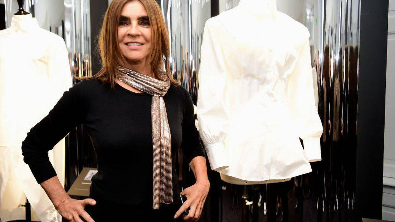 Carine Roitfeld posa junto a su camisa en una exposición. (Getty)