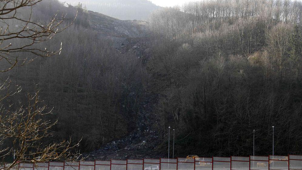 Foto: Vista general de la ladera derrumbada en la localidad vizcaína de Ermua y del vertedero que existe sobre la AP-8. (EFE)