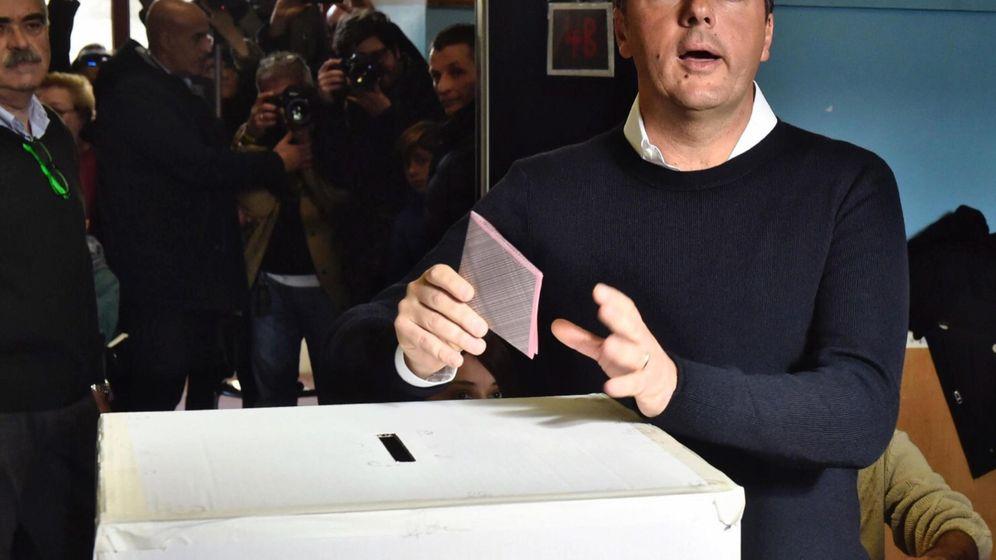 Foto: Renzi, depositando su voto para el Referéndum constitucional de Italia (EFE)