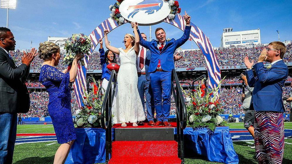 Foto: Mackenzie Park y Jordan Binggeli, tras convertirse en marido y mujer (Foto: Twitter/Buffalo Bills)