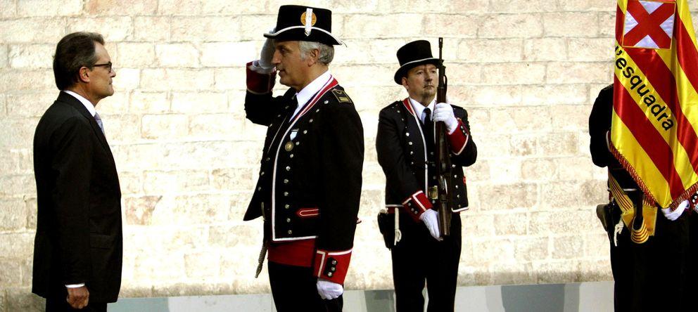 Foto: El presidente de la Generalitat, Artur Mas (i), a su llegada al Fossar de les Moreres. (EFE)