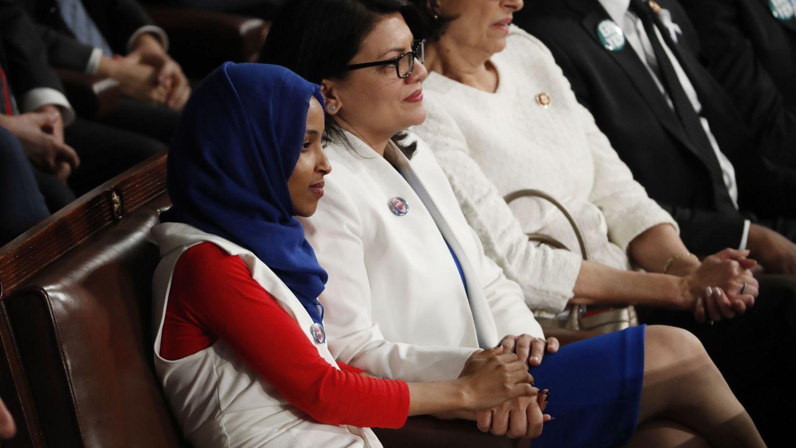 Foto: Las representantes demócratas Ilhan Omar (i), de Minnesota, y Rashida Tlaib (c) de Michigan. (EFE)