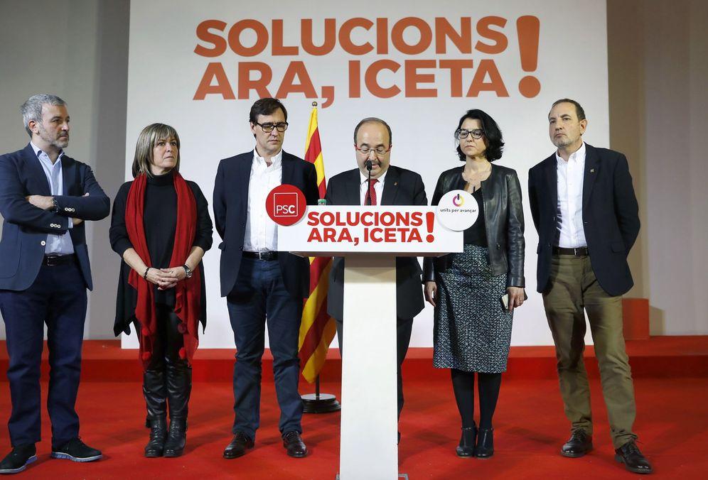 Foto: Miquel Iceta, junto a Jaume Collboni, Núria Marín, Salvador Illa, Eva Granados y Ramon Espadaler, en la noche electoral del pasado 21-D. (EFE)