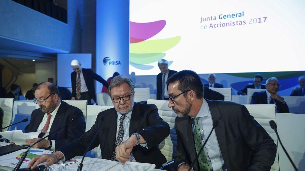 Foto: El presidente de Prisa, Juan Luis Cebrián (c) y Antonio García-Mon (d) en la última Junta de Accionistas.