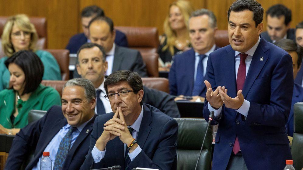 Foto: El presidente andaluz, Juanma Moreno, junto al vicepresidente, Juan Marín, y el consejero de la Presidencia, Elías Bendodo. (EFE)