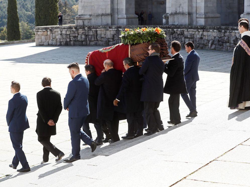 Foto: Los familiares de Francisco Franco portan el féretro con los restos del dictador tras su exhumación del Valle de los Caídos y antes de su trasladado al cementerio de El Pardo-Mingorrubio para su reinhumación. (EFE)