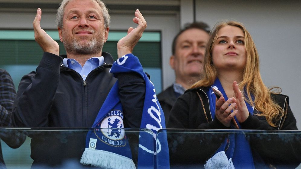 Foto: Roman Abramovich, dueño del Chelsea, y su hija Sofia, en un partido del equipo londidense. (EFE)