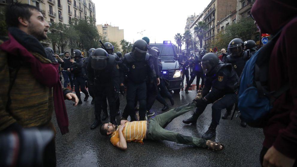 Los minutos más tensos: así se llevó la policía las urnas de la Escuela Ramón Llul