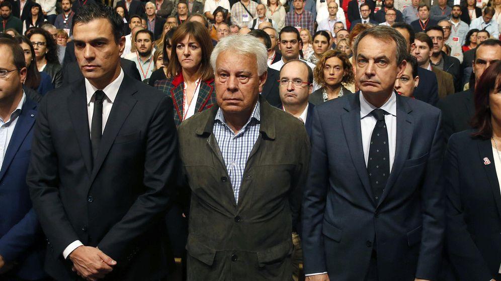 Foto: Pedro Sánchez, flanqueado por los expresidentes Felipe González y José Luis Rodríguez Zapatero, el pasado 14 de noviembre, tras los atentados de París. (EFE)