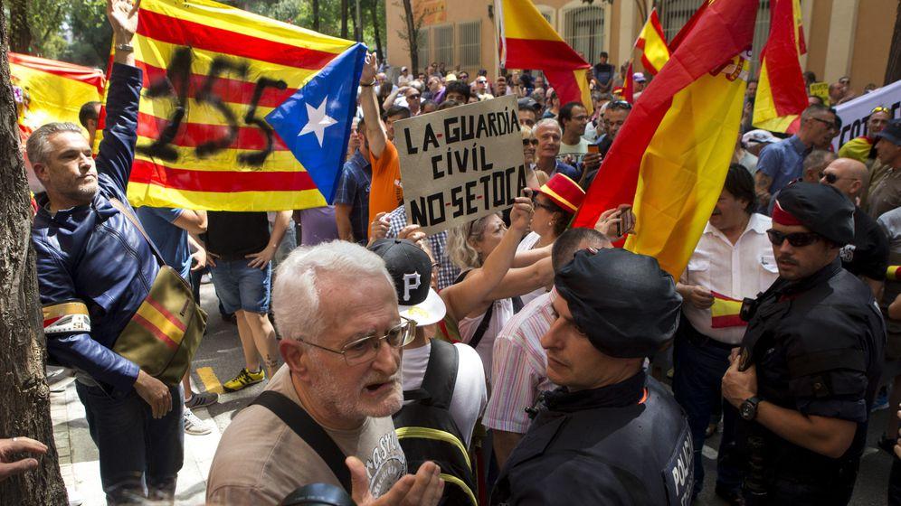 Foto: Efectivos de los Mossos se interponen entre las manifestaciones de la CUP y la de apoyo a los agentes. (EFE)