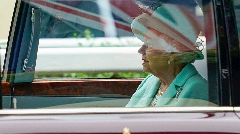 La reina Isabel II llegando en coche a las carreras de Ascot. (Getty)