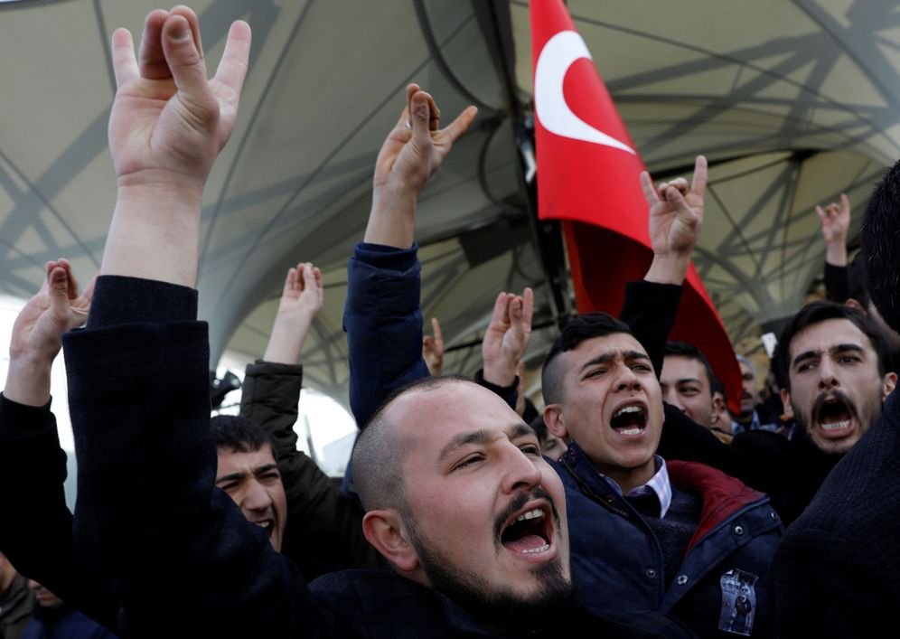 Foto: Asistentes al funeral de un policía muerto en el atentado hacen el signo de los Lobos Grises, el movimiento ultranacionalista turco, el 12 de diciembre de 2016 en Ankara (Reuters)