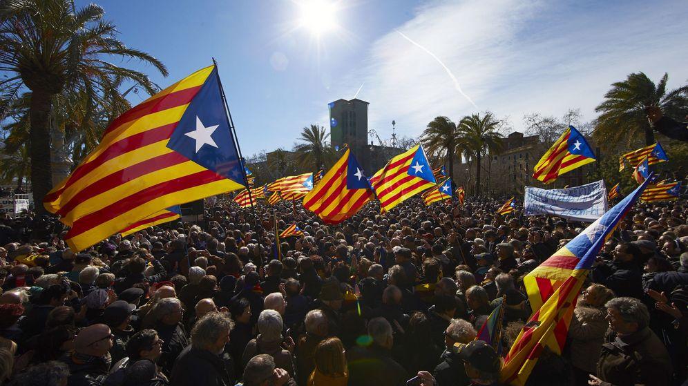 Foto: Grupos de simpatizantes, apoyando al expresidente Artur Mas, la exvicepresidenta Joana Ortega y la 'exconsellera' Irene Rigau. (EFE)