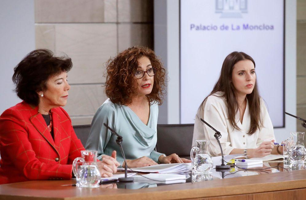 Foto: La portavoz del Gobierno, María Jesús Montero, y las ministras Isabel Celaá e Irene Montero, este 17 de enero en la Moncloa. (EFE)