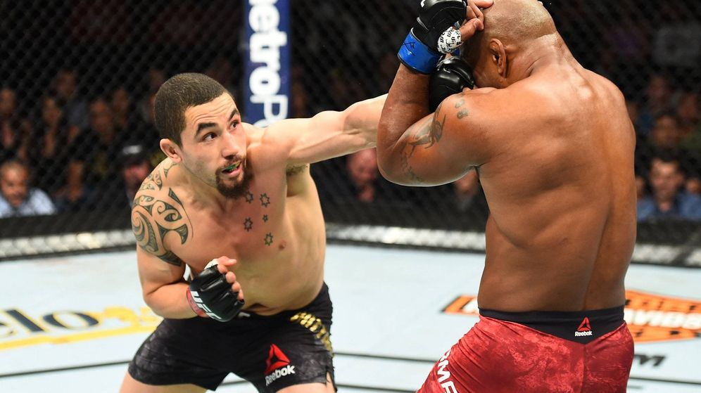 Foto: Robert Whittaker golpeando a Yoel Romero. (Twitter: @UFC)